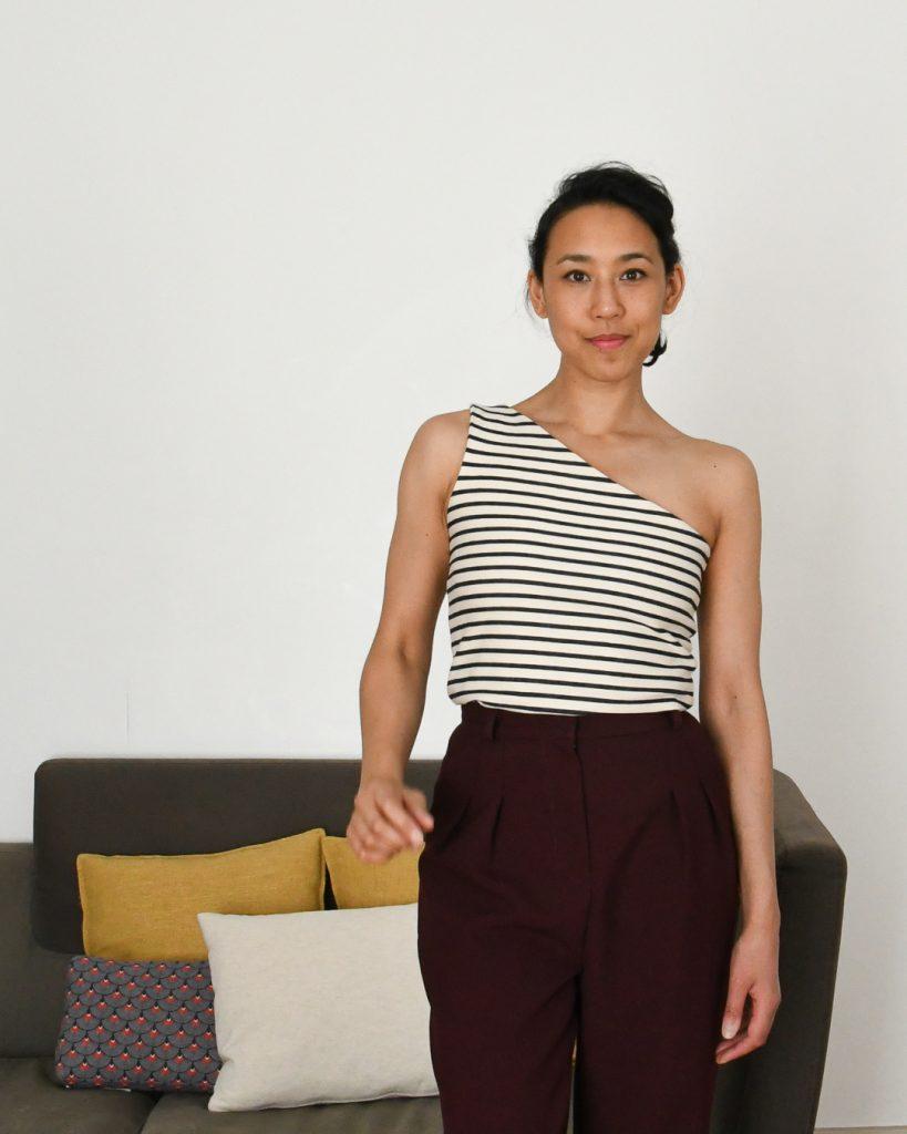 Haut asymétrique - One-shoulder top à partir du Nikko Top de True Bias - Pantalon Peaches de Fibre Mood - Cool Pharaon