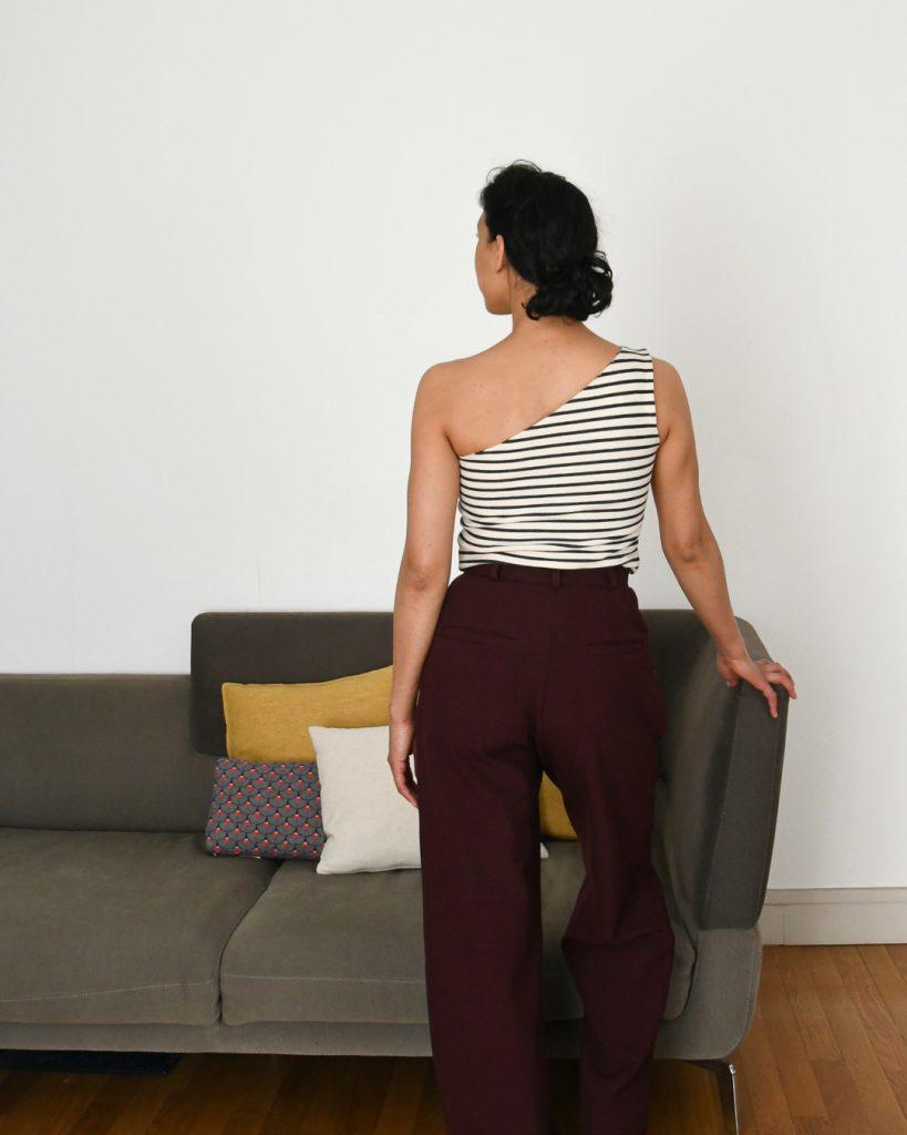 Haut asymétrique - One-shoulder top à partir du Nikko Top de True Bias vue de dos - Pantalon Peaches de Fibre Mood - Cool Pharaon